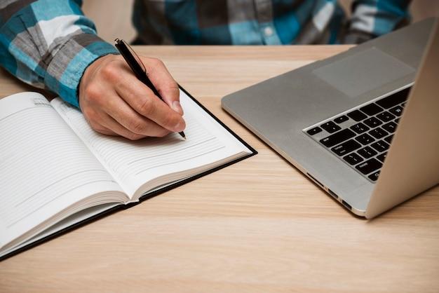 Biznesowego Mężczyzna Writing W Pustym Notatniku Darmowe Zdjęcia
