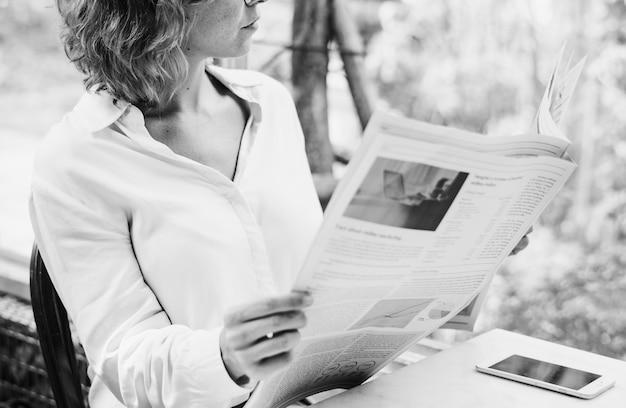 Biznesowej Kobiety Czytelnicza Gazeta W Ranku Darmowe Zdjęcia