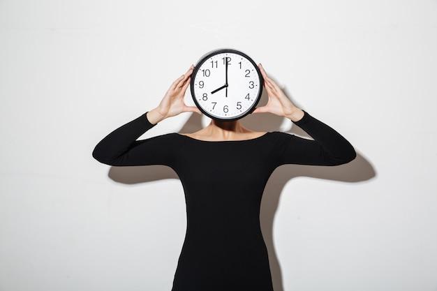 Biznesowej Kobiety Nakrycia Twarz Z Zegarem. Darmowe Zdjęcia