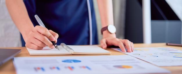 Biznesowej Kobiety Writing Notatnik, Działanie Na Dokumentach W Biurze I Pieniężni Dokumenty I. Premium Zdjęcia