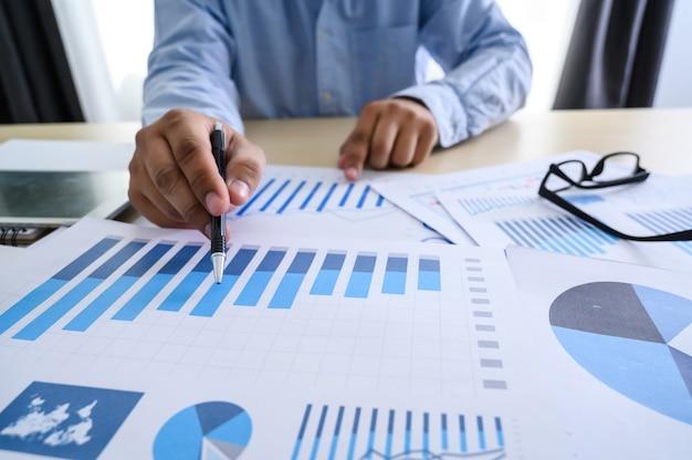 Biznesowi dokumenty na biurowym wykresie pieniężnym Premium Zdjęcia