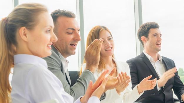 Biznesowi Koledzy Ludzie Kobiety Oklaskują Konferencję W Pokoju Konferencyjnym I Siedzi I Słucha. Premium Zdjęcia