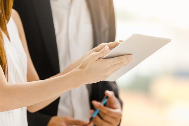 Biznesowi technologii pojęcia bizneswomany trzyma pracować na pastylce Premium Zdjęcia