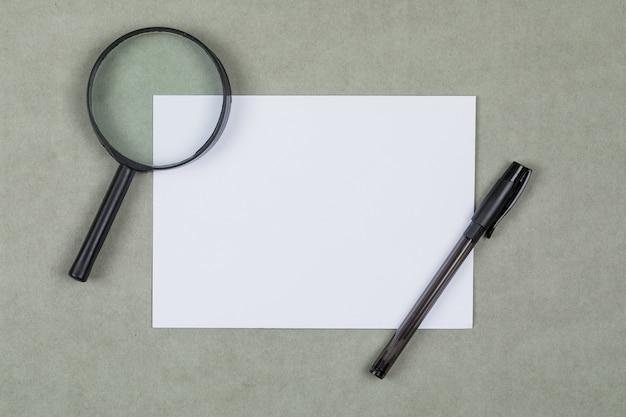 Biznesowy I Pieniężny Pojęcie Z Powiększać - Szkło, Pióro, Pusty Papier Na Szarym Tła Mieszkaniu Nieatutowym. Darmowe Zdjęcia