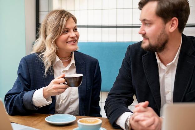 Biznesowy Mężczyzna I Kobieta Rozmawiają O Nowym Projekcie Darmowe Zdjęcia