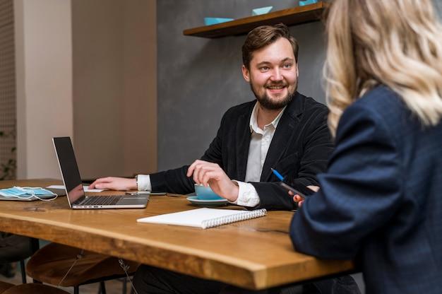 Biznesowy Mężczyzna I Kobieta Rozmawiają O Projekcie Pracy Darmowe Zdjęcia