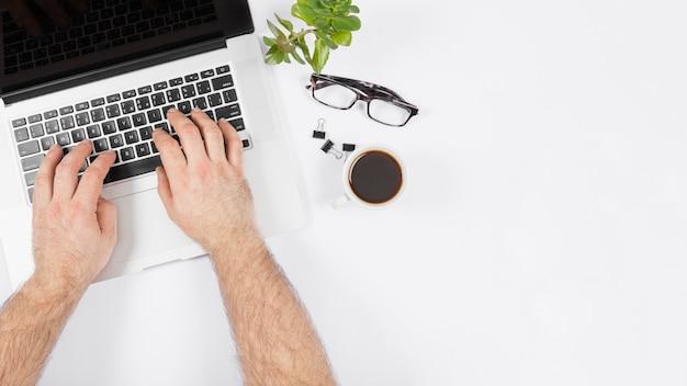 Biznesowy Mężczyzna Pracuje Na Jego Laptopie Darmowe Zdjęcia