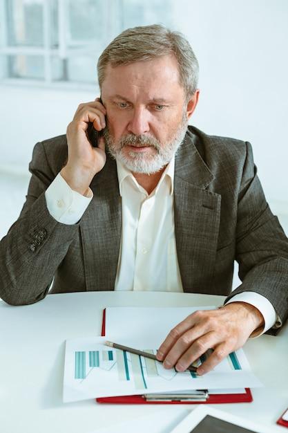 Biznesowy Mężczyzna Pracuje Przy Stołem Darmowe Zdjęcia