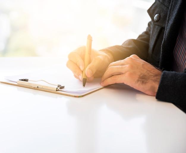 Biznesowy mężczyzna pracuje w biurze Darmowe Zdjęcia