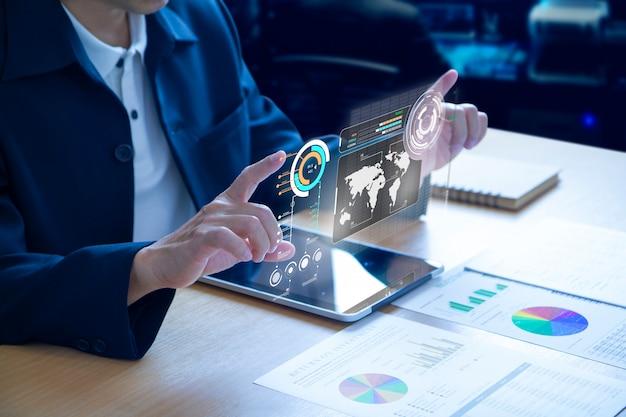Biznesowy Mężczyzna Rozwija Futurystycznego Wirtualnego Ekran Nad Nowożytnym Pastylką Premium Zdjęcia
