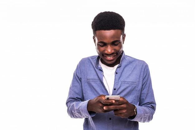 Biznesowy Mężczyzna Texting Na Jego Telefonie Komórkowym Odizolowywającym Nad Białą ścianą Darmowe Zdjęcia