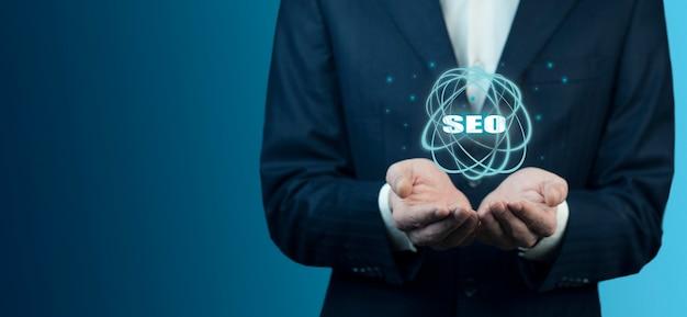 Biznesowy Mężczyzna Trzyma Seo Tekst Na Ekranie Premium Zdjęcia