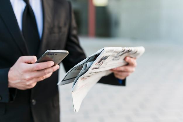 Biznesowy Mężczyzna Używa Jego Telefon Komórkowego Darmowe Zdjęcia