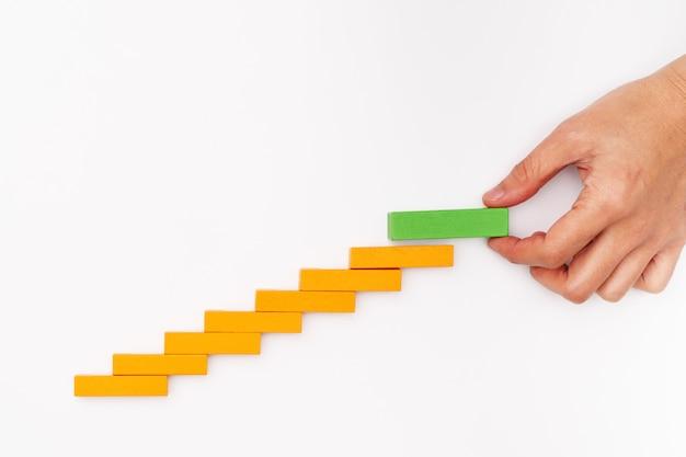 Biznesowy Pojęcie Dla Wzrostowego Sukcesu Procesu, Ręki Sterty Drewniany Blok Jako Kroka Schodek Premium Zdjęcia