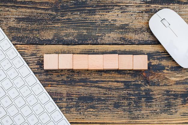 Biznesowy Pojęcie Z Drewnianymi Sześcianami, Komputerową Myszą I Klawiaturą Na Drewnianym Tła Mieszkaniu Nieatutowym. Darmowe Zdjęcia