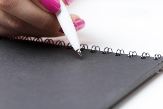 Biznesowych kobiet ręk pracujący writing notatnik Premium Zdjęcia