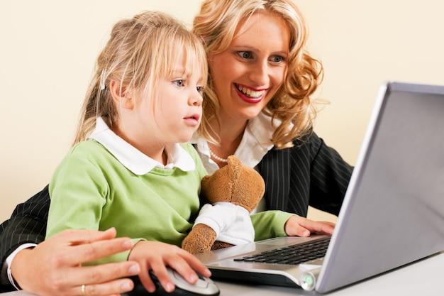 Bizneswoman i macierzysty seans żartujemy internet Premium Zdjęcia