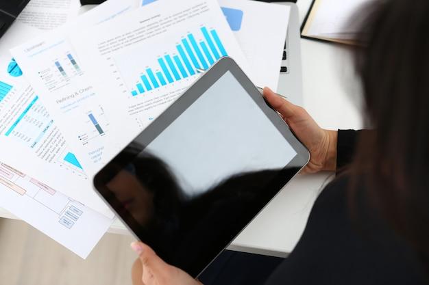 Bizneswoman Nauki Dokumenty Trzymają Pastylkę W Ona Ręki Zbliżenie Premium Zdjęcia