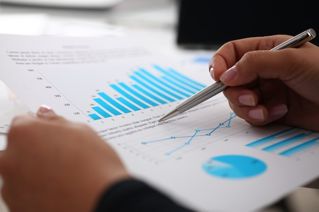 Bizneswoman Nauki Dokumenty W Biurowym Zbliżeniu Premium Zdjęcia