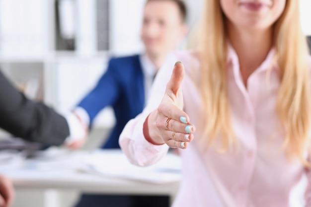 Bizneswoman Oferty Ręka Trząść Jak Cześć W Biurowym Zbliżeniu. Premium Zdjęcia