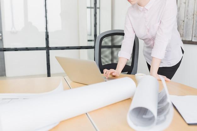 Bizneswoman pracuje z laptopem w biurze Darmowe Zdjęcia