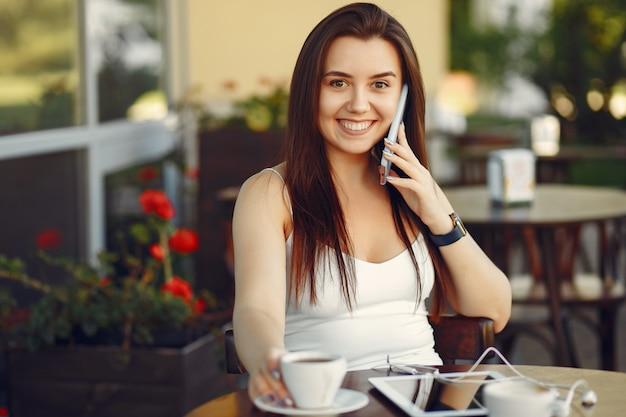 Bizneswoman Pracuje Z Pastylką W Kawiarni Darmowe Zdjęcia