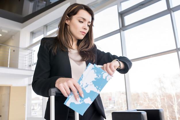 Bizneswoman Sprawdza Czas W Lotnisku Premium Zdjęcia
