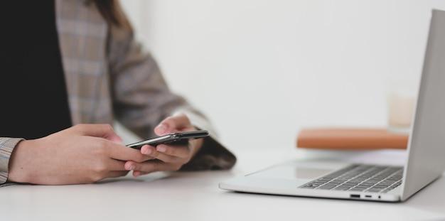 Bizneswoman szuka informacji na smartfonie Premium Zdjęcia