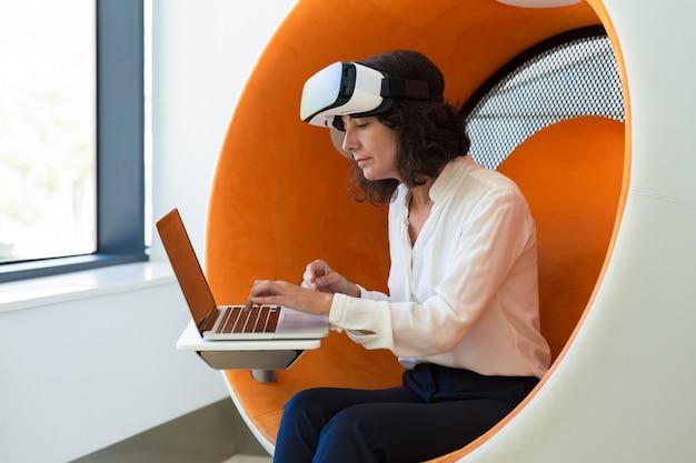 Bizneswoman Używa Technologię Vr Darmowe Zdjęcia