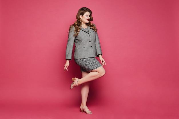 Bizneswoman W Dużych Rozmiarach W Spódnicy Z Geometrycznymi Wzorami Iw Kurtce Pozującej Na Całej Długości Premium Zdjęcia