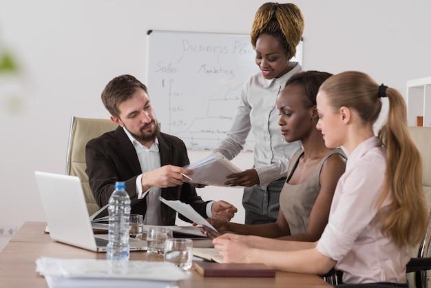 Bizneswoman wyjaśnia strategię koledzy Premium Zdjęcia