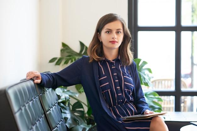 Bizneswoman Z Cyfrową Pastylką Darmowe Zdjęcia