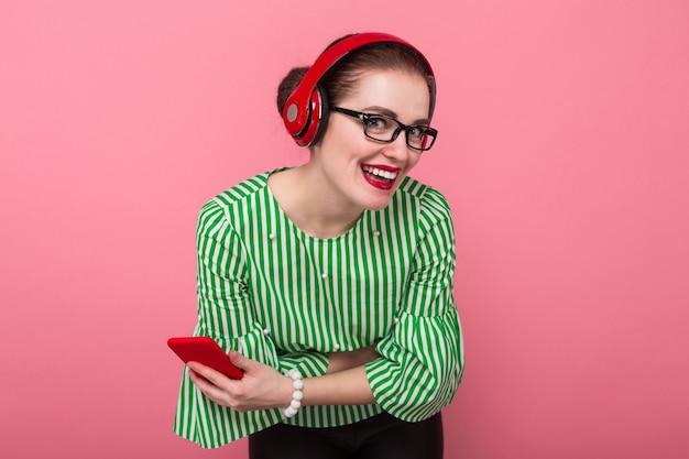 Bizneswoman z telefonem i słuchawkami Premium Zdjęcia