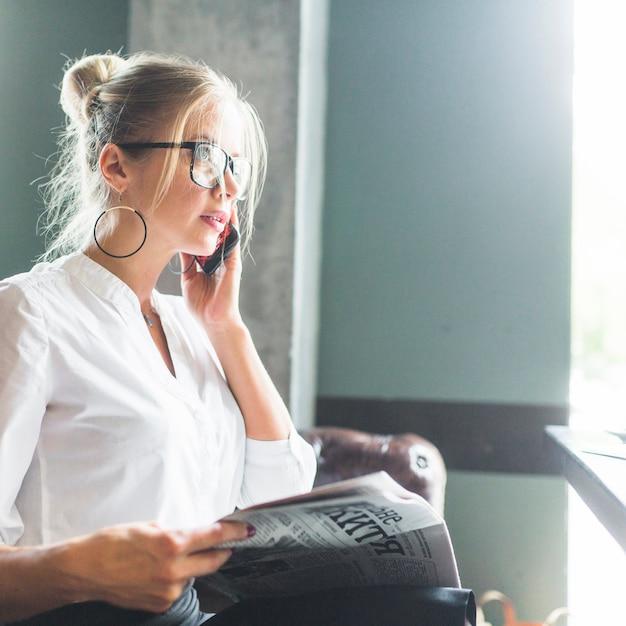 Bizneswomanu Mienia Gazeta Opowiada Na Telefonie Komórkowym Darmowe Zdjęcia
