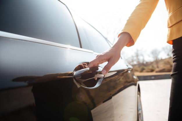 Bizneswomany Otwiera Drzwi Czarny Samochód Premium Zdjęcia