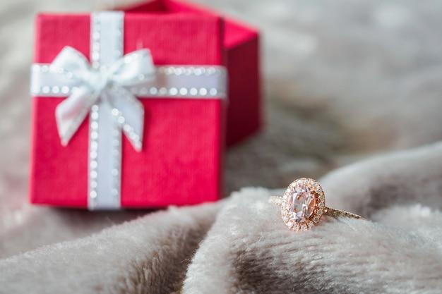Biżuteria Różowy Pierścionek Z Brylantem Z Czerwonym Tle Pudełko Premium Zdjęcia