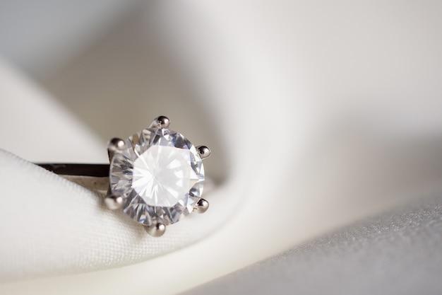 Biżuteria ślubna Pierścionek Z Brylantem Z Bliska Premium Zdjęcia