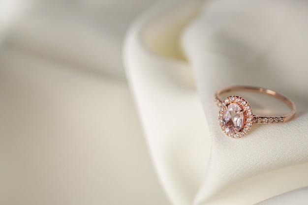 Biżuteria ślubna Różowy Pierścionek Z Brylantem Z Bliska Premium Zdjęcia