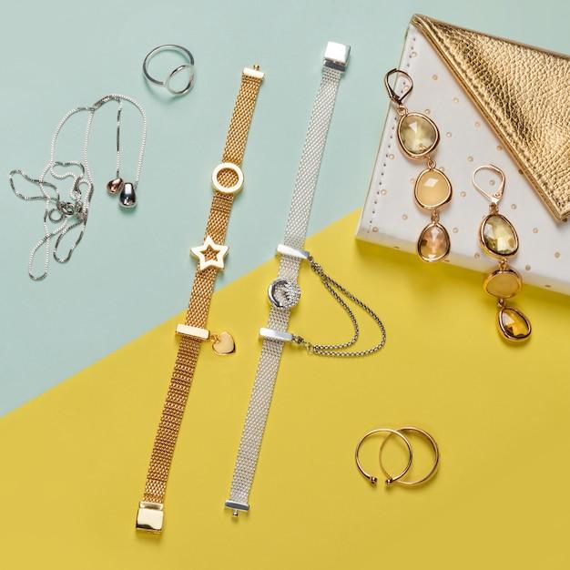 Biżuteria Srebrna I Złota Na Minimalistycznym żółtym I Niebieskim Tle Premium Zdjęcia