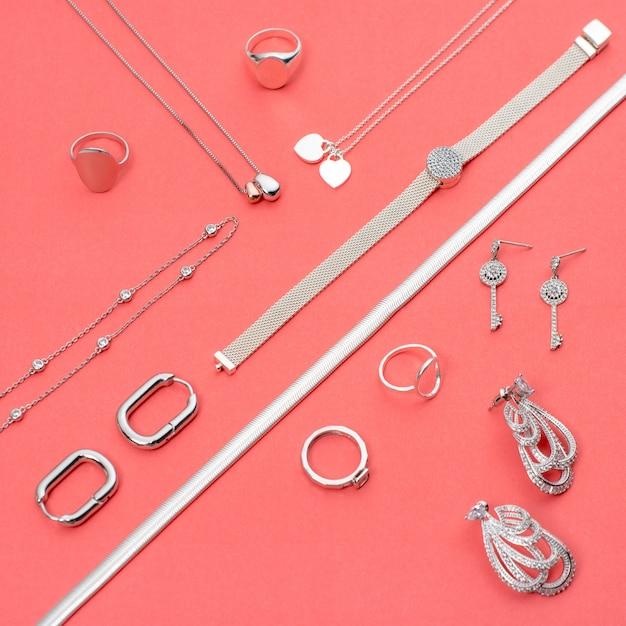 Biżuteria Srebrna Na Minimalistycznym Różowym Tle Premium Zdjęcia