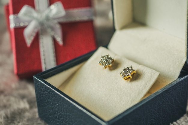 Biżuteria Złoty Diamentowy Kolczyk Z Tłem Pudełko Premium Zdjęcia