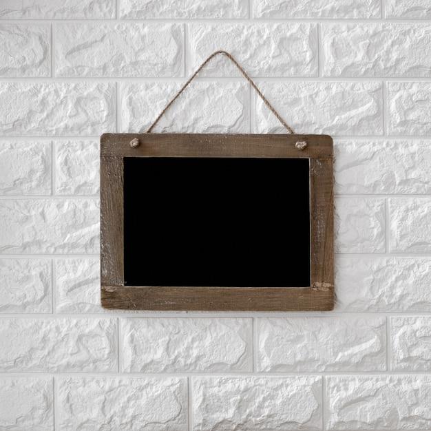 Blackboard na textured ściana z cegieł tle Darmowe Zdjęcia