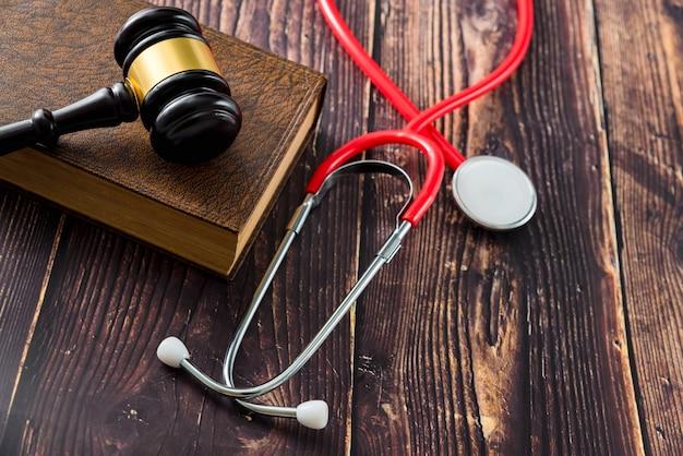 Błąd w sztuce lekarskiej i błędy powodują, że lekarze i pacjenci idą do sądu, młotkując legalne książki. Premium Zdjęcia