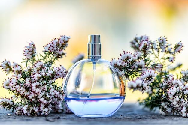 Bława Pachnidło Butelka Z Kwiatami Na Bokeh Tle. Perfumy, Kosmetyki, Kolekcja Zapachów. Premium Zdjęcia