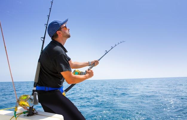 Błękitna Denna Na Morzu łódź Rybacka Z Rybakiem Premium Zdjęcia