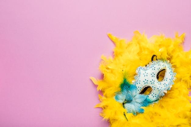 Błękitna Karnawał Maska Z żółtym Piórkowym Boa Na Różowym Tle Z Kopii Przestrzenią Darmowe Zdjęcia