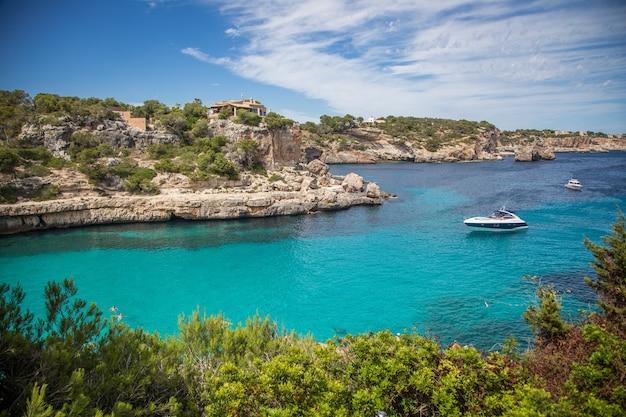 Błękitna Laguna Z łodzią Premium Zdjęcia