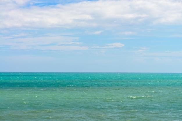 Błękitne morze z falami i jasne błękitne niebo. piękne niebo i ocean. morze latem strzału Darmowe Zdjęcia