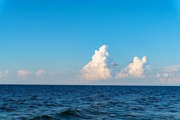 Błękitne Niebo Z Białym Tłem Chmur Cumulus Nad Morzem Premium Zdjęcia