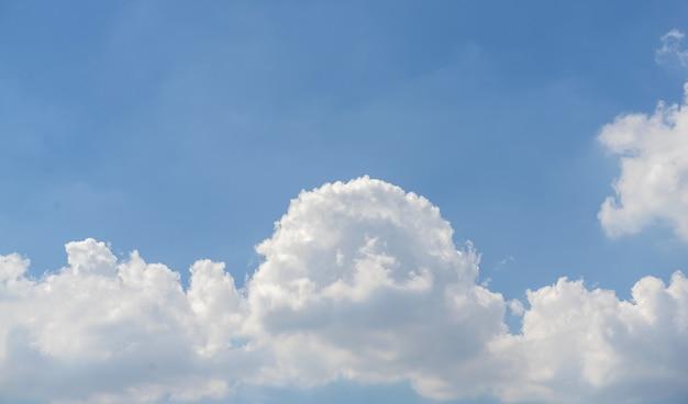 Błękitne Niebo Z Białymi Chmurami Premium Zdjęcia